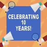 Exibição do sinal do texto que comemora 10 anos Foto conceptual que comemora as mãos decenais de uma análise de Hu do aniversário ilustração royalty free
