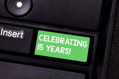 Exibição do sinal do texto que comemora 15 anos Foto conceptual que comemora um dia especial após 15 anos de teclado do aniversár imagem de stock royalty free