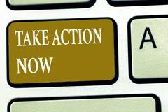 A exibição do sinal do texto toma a ação agora Foto conceptual que pede que alguém comece fazer o bom desempenho para incentivar fotografia de stock royalty free