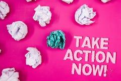A exibição do sinal do texto toma a chamada inspirador da ação agora O começo urgente do movimento da foto conceptual prontamente Foto de Stock