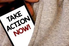 A exibição do sinal do texto toma a chamada inspirador da ação agora O começo urgente do movimento da foto conceptual prontamente imagens de stock royalty free