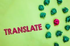 A exibição do sinal do texto traduz A foto conceptual uma outra palavra com o mesmo significado equivalente de uma língua de alvo fotografia de stock