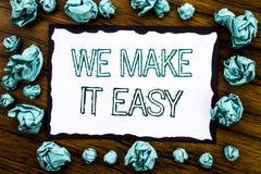 Exibição do texto do anúncio da escrita nós fazemo-la fácil Conceito do negócio para a solução da qualidade da ajuda escrita no p fotografia de stock royalty free