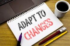 A exibição do texto da escrita adapta-se às mudanças Conceito do negócio para o futuro novo da adaptação escrito no livro do cade imagens de stock royalty free