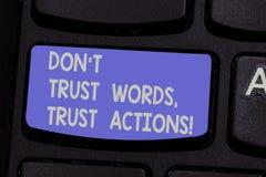 A exibição Don T do sinal do texto confia que as palavras confiam ações Foto conceptual menos a fala de mais teclado tomado ação  foto de stock royalty free