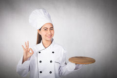 Exibição e apresentação do cozinheiro chefe da mulher Foto de Stock Royalty Free