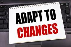 A exibição escrita à mão do texto adapta-se às mudanças Escrita do conceito do negócio para o futuro novo da adaptação escrito no fotos de stock