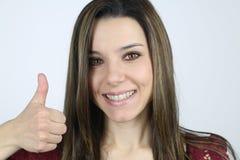 Exibição feliz da jovem mulher seu polegar Fotos de Stock Royalty Free