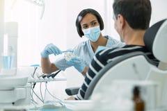 Exibição inspirada do dentista como escovar corretamente os dentes imagens de stock