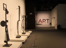 Exibição interessante das esculturas do metal que conduzem visitantes dentro da área maior, museu do estado, Albany, New York, 20 Imagem de Stock Royalty Free