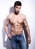 Exibição nova considerável do halterofilista de seu corpo do ajuste Foto de Stock