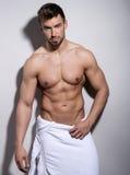 Exibição nova considerável do halterofilista de seu corpo do ajuste Fotos de Stock Royalty Free