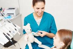 A exibição positiva do doutor como limpar os dentes endireita imagem de stock royalty free