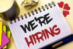 Exibição que da nota da escrita nós estamos contratando O recrutamento apresentando da foto do negócio contratando agora a vaga d foto de stock