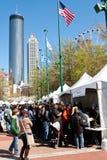 Exibições e barracas da multidão das famílias na feira de ciência de Atlanta imagens de stock royalty free