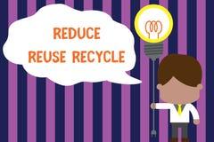 A exibi??o do sinal do texto reduz a reutiliza??o recicla Laço environmentallyresponsible do homem da posição do comportamento de ilustração stock