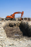 Exkavator auf dem Rand der Grube Stockfotografie