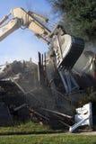 Exkavator, der ein Haus auseinander reißt Stockfoto