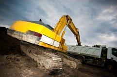 Exkavator lädt einen LKW stockfoto