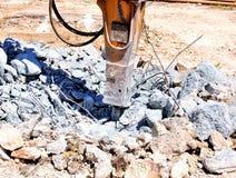 Exkavator mit Hammer demoliert stockfotografie