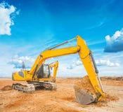 Exkavator sur le chantier de construction et le fond de ciel photographie stock libre de droits
