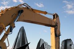 Exkavator und Gebäude Stockfotografie