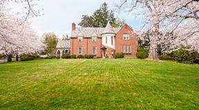 Exklusiv fastighet - huset med beklär lawn Royaltyfri Fotografi