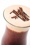 Exklusiv kaffedrink med kräm- skum- och chokladstycken, den varma drinken eller cappuccino på den vita plattan, produktfotografi Arkivbild