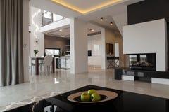 Exklusiv lägenhet i modern stil royaltyfri foto