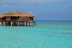 Exklusiv Overwater bungalow för din nästa semester Arkivfoto