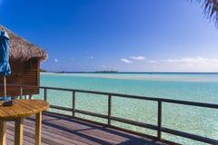 Exklusiv sikt från Over vattenbungalow i Maldiverna Royaltyfri Bild