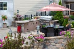 Exklusiv utomhus- uteplats med kökområde arkivbilder