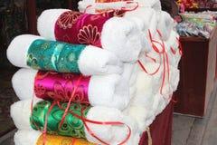 Exklusiva hemslöjdhandskar i den walled staden Pingyao, Kina Arkivfoton