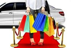 Exklusive Einkaufsart mit Limousine und rotem Teppich Lizenzfreie Stockfotos