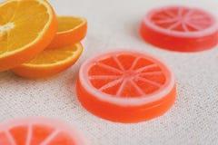 Exklusive orange handgemachte Seifen Neue orange Scheiben auf der Rückseite Lizenzfreie Stockbilder