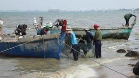 EXKLUSIVE TRAUM- Sack-Fischer, welche die Barkasse Fang-Boots-Netz-See-Marine Reptiles Gulf Of Siams Thailand entlädt das Arbeite stock video footage