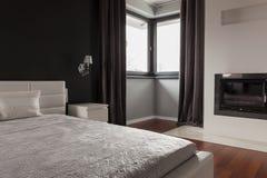 Exklusives Schlafzimmer im modernen Wohnsitz stockbild