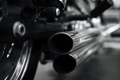 Exklusives schweres Fahrrad bereit, die Straße schlagend lizenzfreie stockfotos