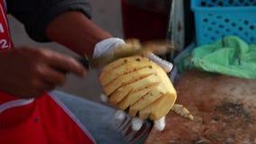 EXKLUSIVES TRAUMausschnitt-Ananas-Frucht-Lebensmittel-Handarbeit-Fähigkeits-Küchen-Know-how stock footage