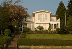 exklusivt europeiskt hus royaltyfri bild