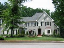 exklusivt grått hus Arkivfoto