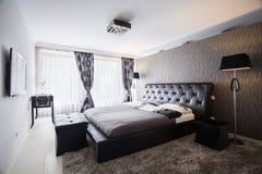 Exklusivt sovrum i lyxig herrgård royaltyfria foton