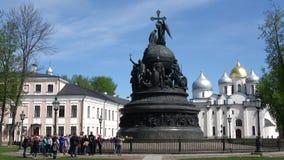Exkursion am Monument ` Jahrtausend von Russland-` Sunny May-Tag Der Kreml von Veliky Novgorod stock video