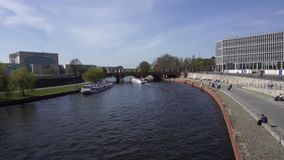 Exkursions-Schiffe, die unter Brücke auf Gelage-Fluss Berlin Germany Spring Day schwimmen stock video