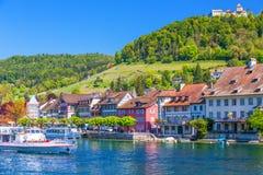 Exkursionsboot auf Rhein-Fluss mit Schloss im alten Stadtzentrum von Stein am Rhein lizenzfreie stockbilder