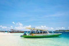 Exkursionsboot an der tropischen Küste von Gili Trawangan, Indonesien Stockfoto