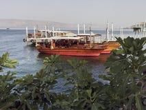 Exkursionsboote auf dem See Genezereth in Galiläa lizenzfreies stockbild