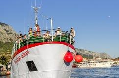 Exkursionsschiff mit Leuten an Bord Lizenzfreies Stockfoto
