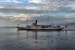 Exkursionsschiff und -leute im Pier auf Geneva See Lizenzfreie Stockfotos