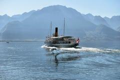 Exkursionsschiff und -leute im Pier auf Geneva See in Montreux Lizenzfreie Stockfotos
